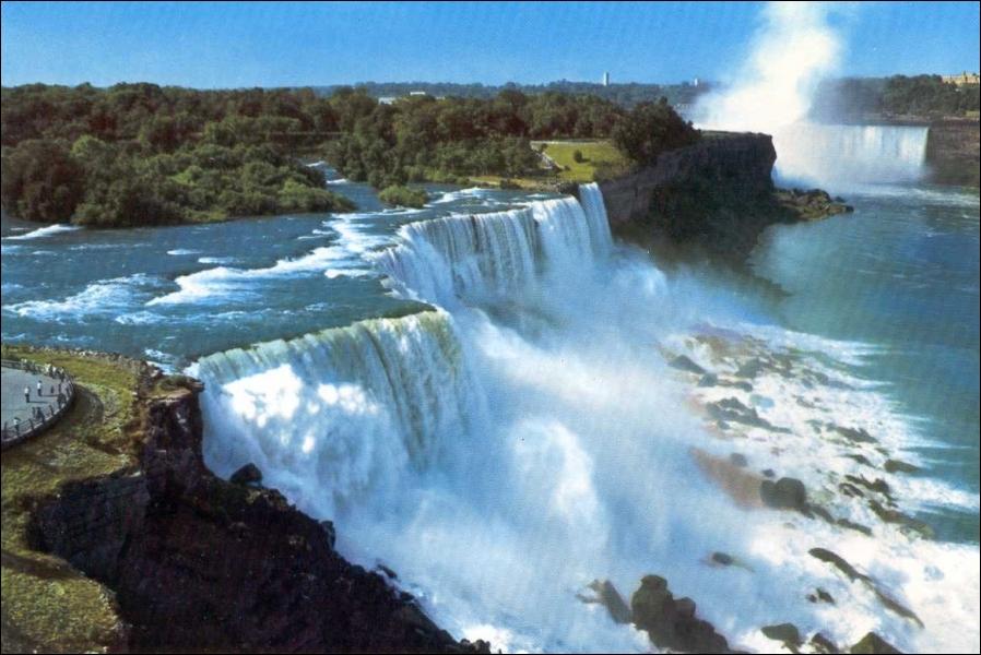 Géographie : les célèbres chutes du Niagara se situent à la frontière entre le Canada et les Etats-Unis, mais dans quels Etats peut-on les admirer ?