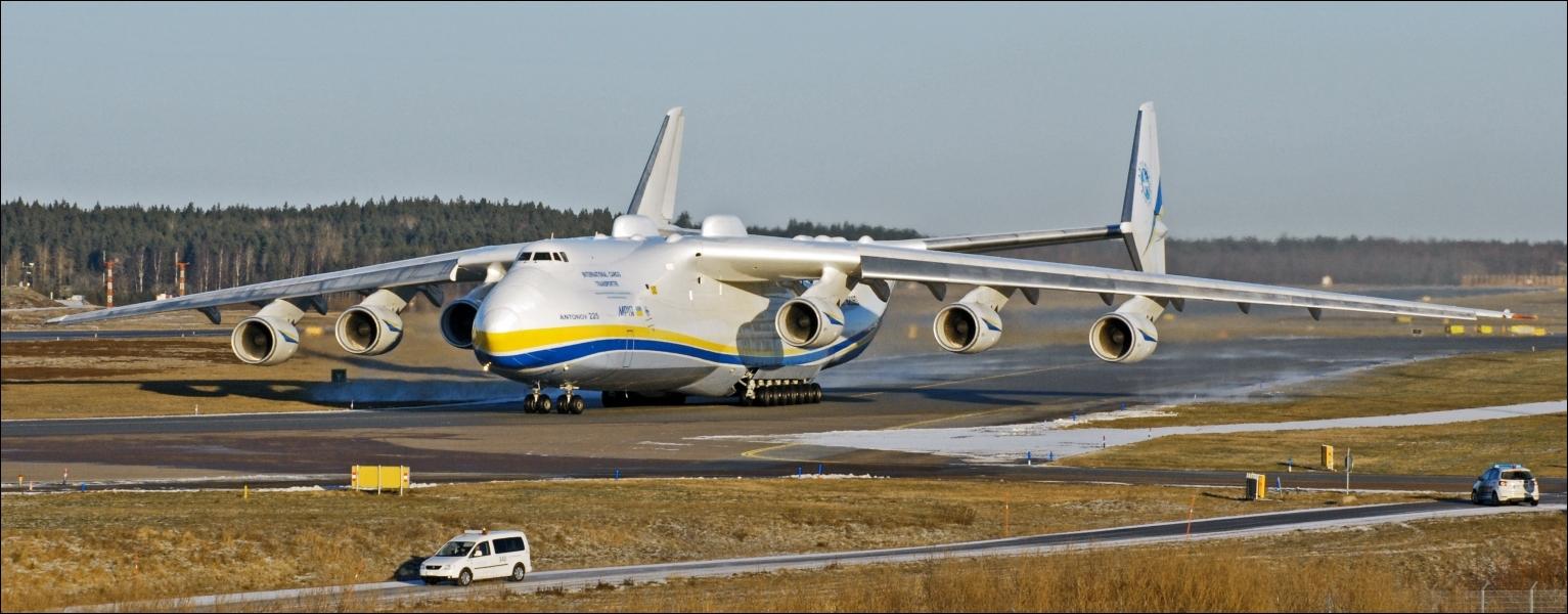 Comment s'appelle le plus gros avion qui emporte près de 160 t et fait 88 m d'envergure ?