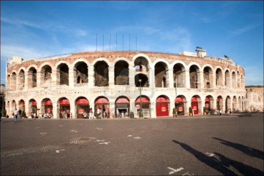 Cette ville italienne, propre aux amoureux, possède plusieurs salles d'opéra, mais on donne dans ce lieu, en plein air, une saison lyrique réputée. Quel est son nom ?