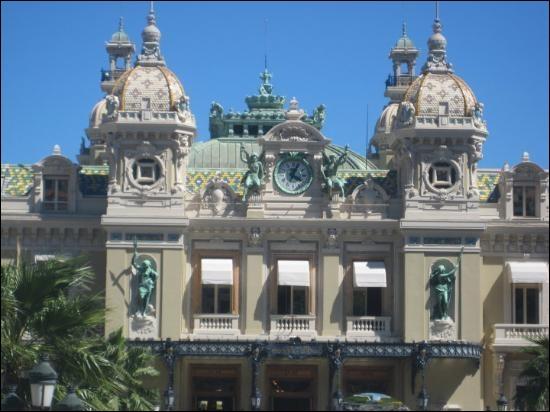 Sous le Second Empire, l'architecte qui a conçu l'opéra de Paris en a aussi bâti un à deux pas de la France. Lequel ?