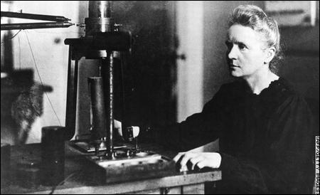 Quelle célèbre scientifique est morte en 1932 les mains brûlées par sa propre découverte (faite avec son mari Pierre), le radium et également atteinte d'une leucémie ?