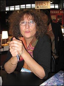 Quel écrivain a écrit un roman appelé «La bibliothécaire» (roman dans lequel les héros entrent dans plusieurs romans et nouvelles) sous le nom de plume Gudule ?
