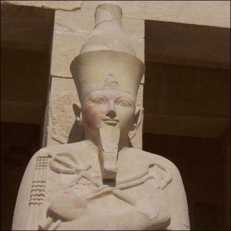 Quelle reine égyptienne a été représentée très souvent en pharaon, s'est fait appeler le Roi Macré et a été enterrée dans la vallée des rois et non pas la vallée des reines ?