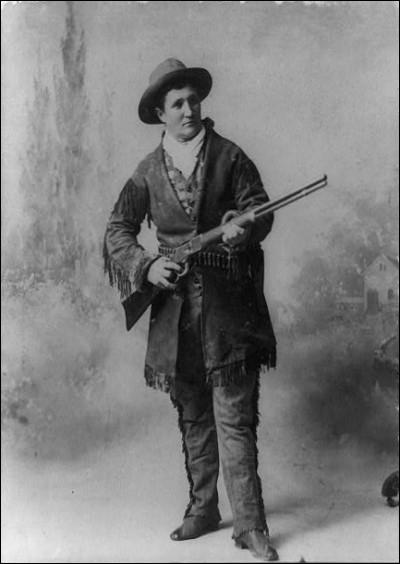 Quelle célèbre cowgirl du Far-West était très bonne cavalière, buvait du whisky comme de l'eau et était connue pour avoir la gâchette facile ?