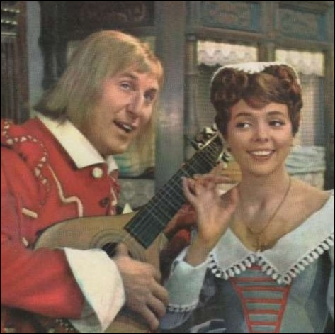 Dans ce film de cape et d'épée  Le Capitan , elle était Giuseppina chantant aux côtés de Cogolin incarné par Bourvil... . .