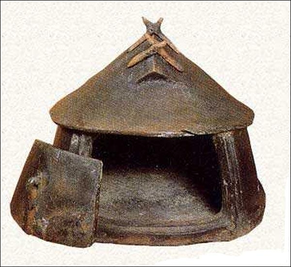 Les premières habitations romaines étaient des huttes quadrangulaires ou rondes : la hutte italiote. Quels étaient les éléments composant cette construction ?