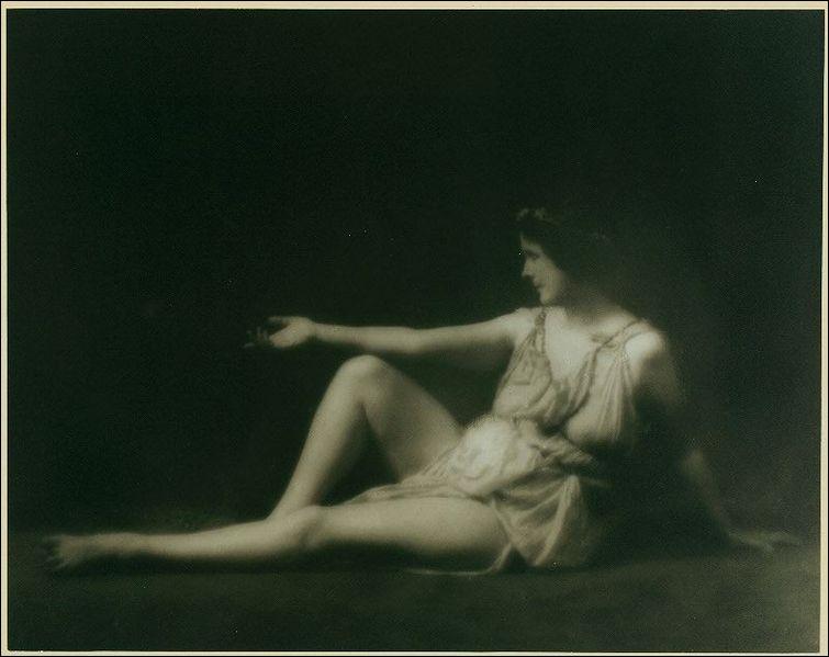 Cette danseuse révolutionna la pratique de la danse par un retour au modèle des figures antiques grecques. Elle apporta les premières bases de la danse moderne européenne :