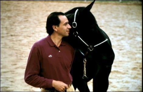 Qui est le cheval à côté de la personne ?