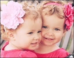 Puis par ces adorables fillettes. Quels sont leurs noms ?