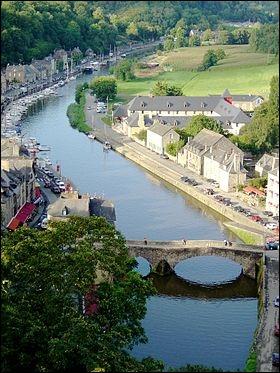Dinan est une ville fortifiée, sous-préfecture du département des Côtes-d'Armor. Le fleuve qui la traverse rejoint la Manche entre Dinard et Saint-Malo. Quel est son nom ?