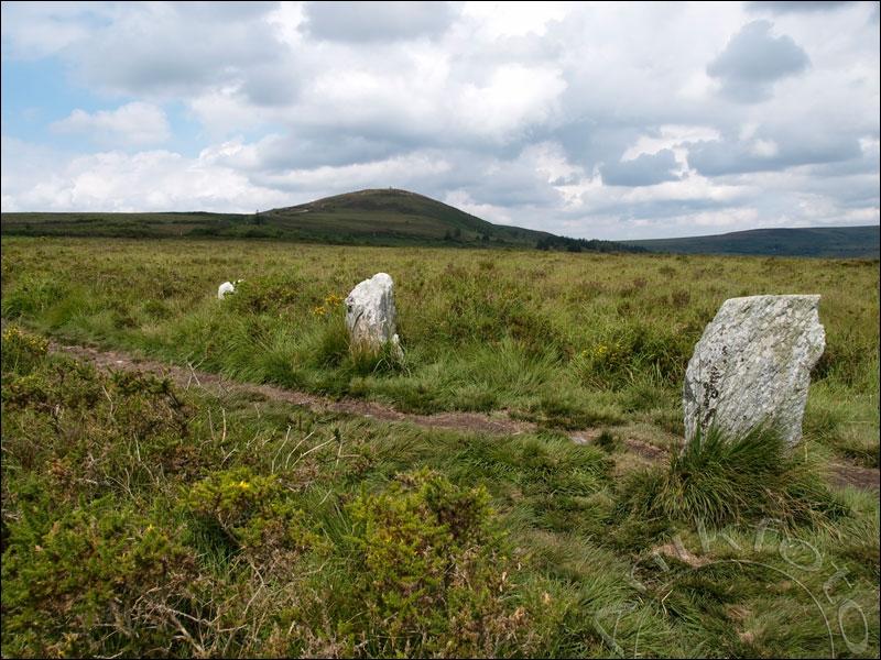 Quelle chaîne granitique de l'Ouest breton culmine à 385 m au Roc'h Ruz, dans le Léon ?