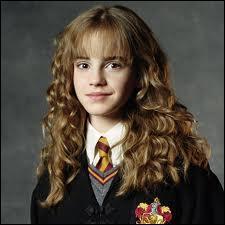 Avec quoi se promenait Hermione dans les couloirs ?