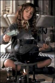 En quoi Hermione se transforme-t-elle en buvant du Polynectar ?