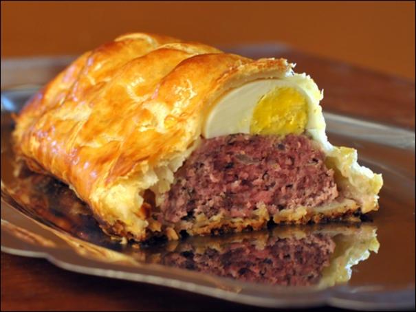 En croûte, il se déguste chaud mais peut se manger froid, appelé parfois  pâté de Pâques , c'est :