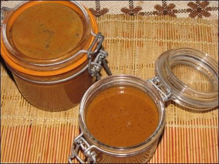 Vieille tradition des campagnes normande, bretonne, champenoise et franc-comtoise, cette gourmandise lactée au goût caramel, se présente sous l'apparence d'une crème épaisse de couleur marron.