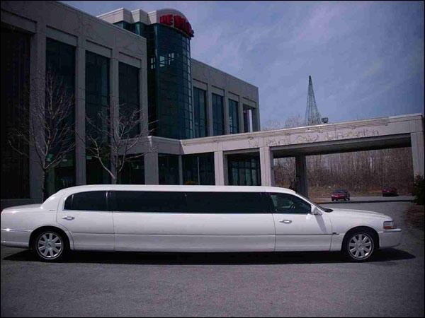 Cette limousine de parade, qu'on trouve en location, porte un nom célébre qui peut aussi être prénom, celui d'un Président américain...