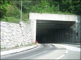 Dans quel département de France se situe le tunnel du Chat ?