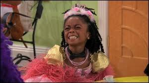 Qui distrait Jessie pendant ce temps-là et en faisant quoi ?