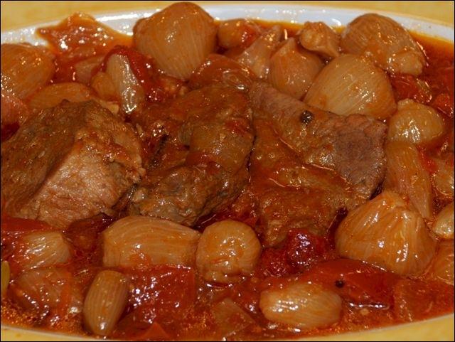 Quel est le nom de ce ragoût de veau, lapin, lièvre ou sanglier ou boeuf, avec des oignons du vinaigre, du vin rouge et de la cannelle ?