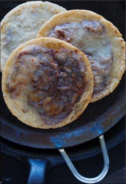 Au Mexique, comment s'appelle cette tortilla fourrée à la purée de haricots et frite ?