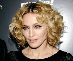 Quelle chanteuse populaire avait tourné son clip dans l'hôtel de Nabilla, Marie et Alban pendant leur séjour à Las Vegas ?
