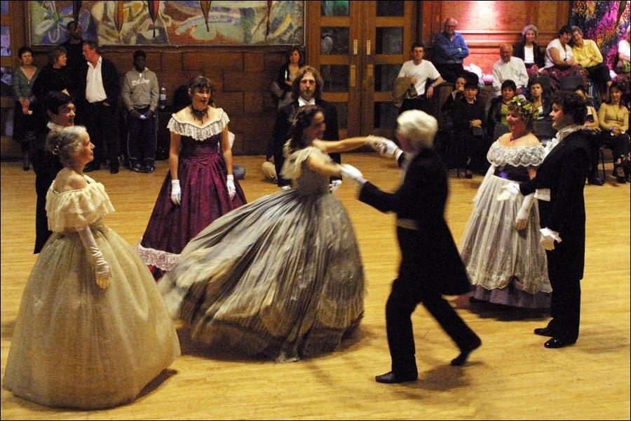 Très en vogue pendant tout le XIXe siècle, il se dansait en carré formé par quatre couples de danseurs. Quel est son nom ?