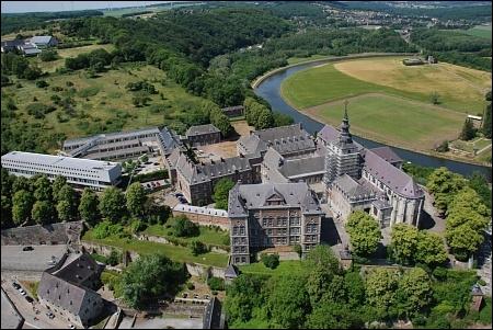 Belgique : quel type de bâtiment se trouve être actuellement l'abbaye de Floreffe ?