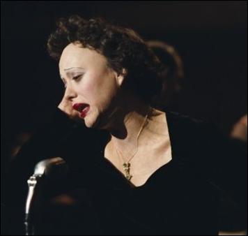 Elle obtient l 'Oscar de la meilleure actrice en 2008 pour son rôle dans le film d'Olivier Dahan intitulé  La Môme . À qui pensez-vous ?
