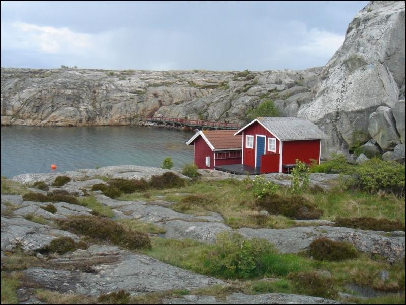 Quelle affirmation à propos de la situation géographique de la Suède est vraie ?