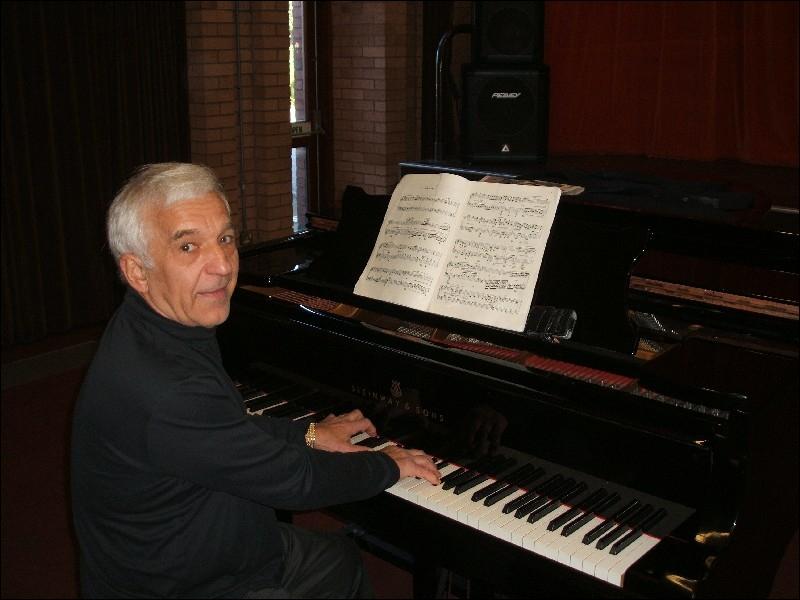 Ce pianiste et chef d'orchestre russe, accompagnateur de Perlman, a été naturalisé islandais en 1972. Qui est-ce ?