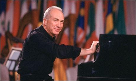 Ce pianiste bulgare, mort l'année dernière (2012) et formé à la Julliard School a joué en soliste et s'est fait une grande réputation sur Bach et Rachmaninov. Qui est-ce ?