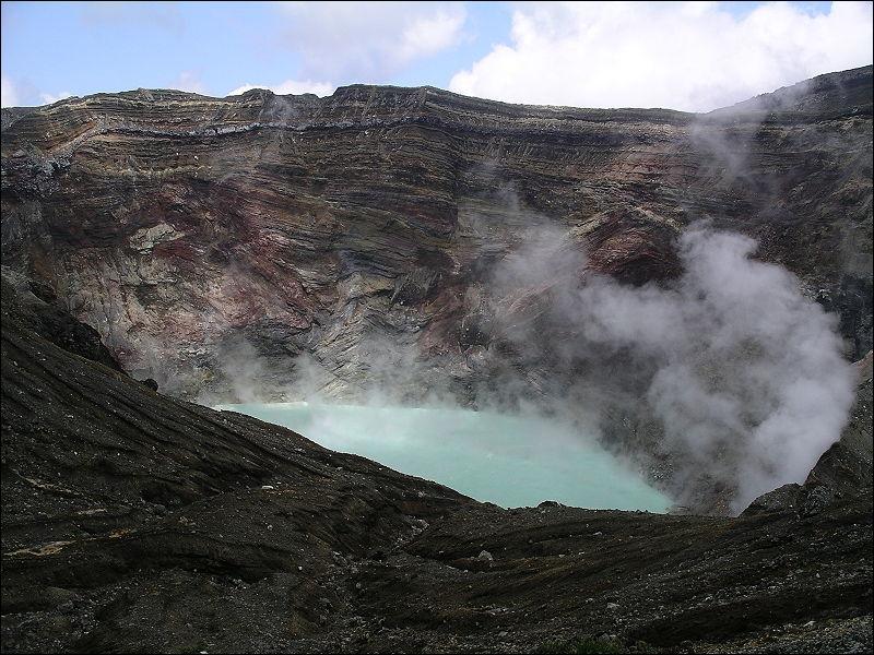 Situé sur l'île Kyushu, le Mont Aso est le volcan le plus vaste et le plus actif du Japon. Sa dernière éruption a eu lieu en mai 2011. Sur la photo, on voit son cratère en forme de cône. C'est une :