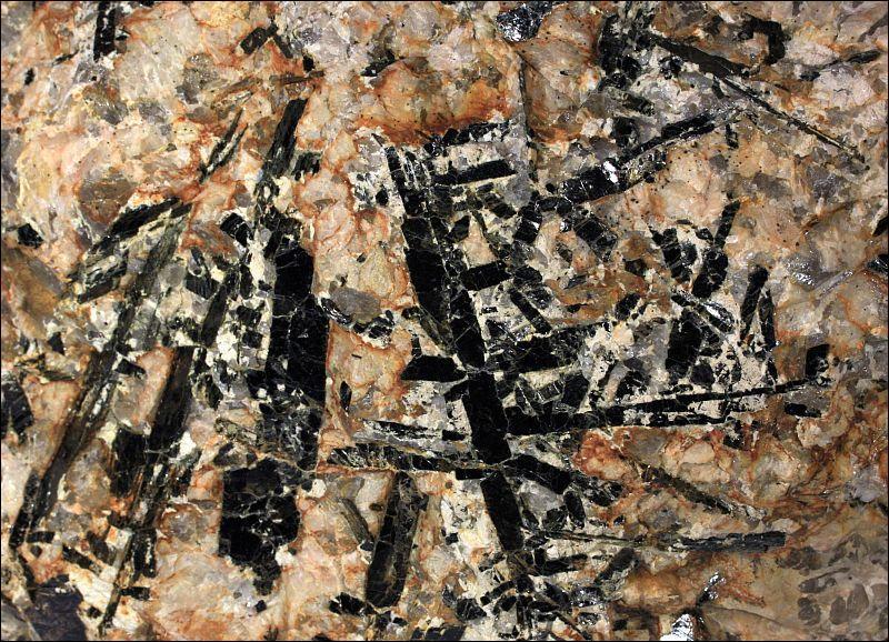 Quelle est cette roche magmatique à grands cristaux dont la décomposition fournit la kaolin ?