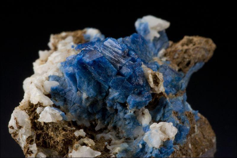 Minéral contenant du magnésium, du fer et du phosphate d'aluminium qui peut être utilisé en joaillerie, quel est son nom ?
