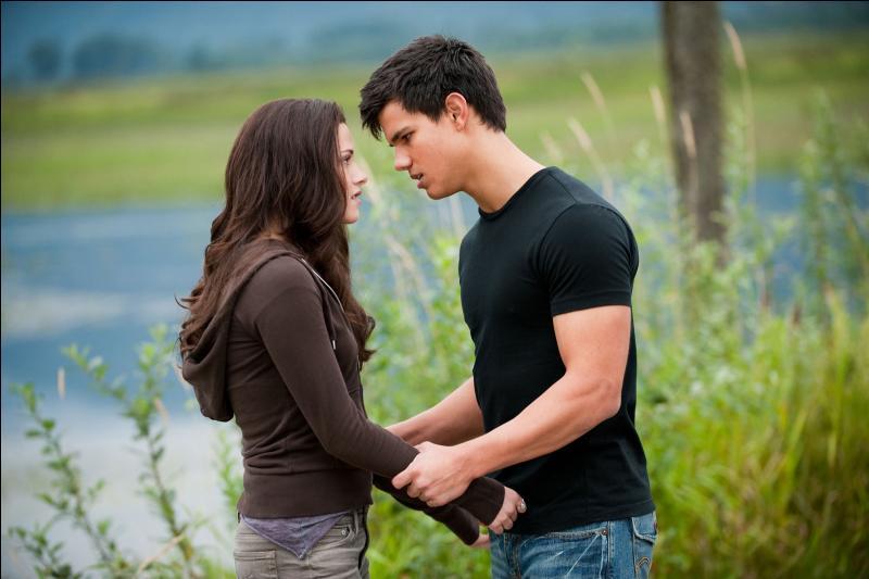 Quand Jacob embrasse Bella, que fait-elle ?
