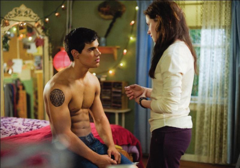 Pendant la fête d'Alice, qu'offre Jacob à Bella ?