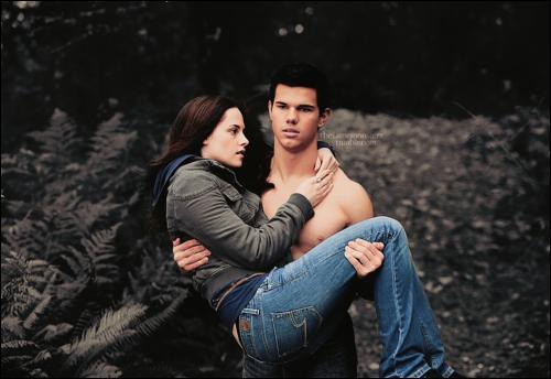 Pourquoi Bella se fait porter par Jacob avant qu'elle aille se cacher ?