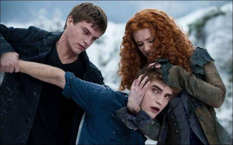 Sur cette photo, on nous montre Edward sur le point de se faire tuer, que fait alors Bella à ce moment ?