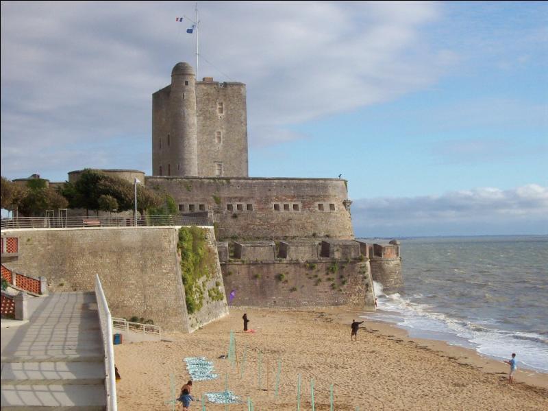 Tout le monde connaît le Père Fouras de Fort Boyard, mais sans doute un peu moins la ville d'où il tient son nom. On dit que c'est la dernière ville traversée par Napoléon avant son exil à Sainte-Hélène. Dans quel département est-elle située ?