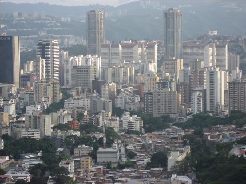 Caracas, de son nom complet Santiago de León de Caracas est la capitale d'un pays d'Amérique du Sud. Lequel ?