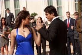 Lors de l'élection de Miss Mystic Falls, lorsque Damon et Elena dansent ensemble, quel est le titre de la chanson que l'on peut entendre ?