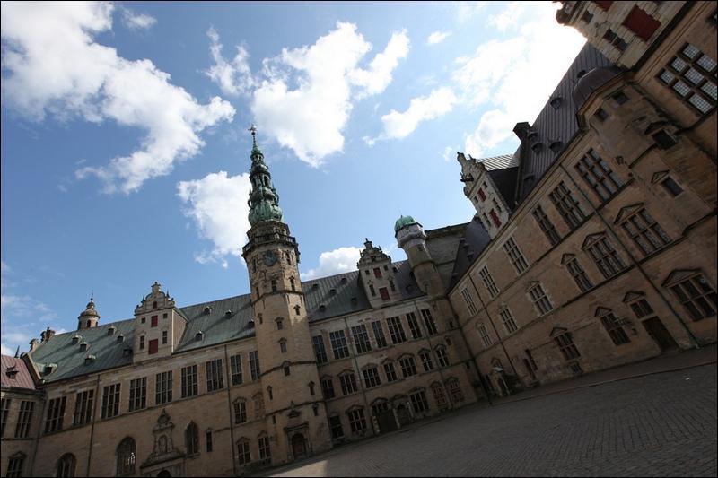 Vous pourrez admirer le château de Kronborg dans un pays où la couronne est depuis longtemps la monnaie, et dont le drapeau national est rouge, traversé d'une croix blanche décalée !