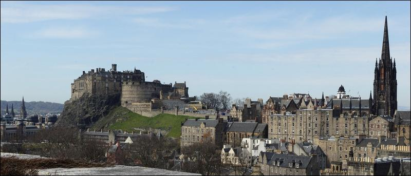 Ce château est sis à Edinburgh, vous n'aurez aucun autre renseignement !
