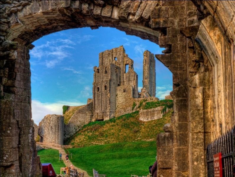 Il s'agit du château de Corfe, dans ce pays, il est de tradition de boire le thé, je ne vous dirai pas à quelle heure !