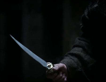 Qui se trouve dans la chambre de Bran lorsqu'un individu tente de l'assassiner avec une dague ?