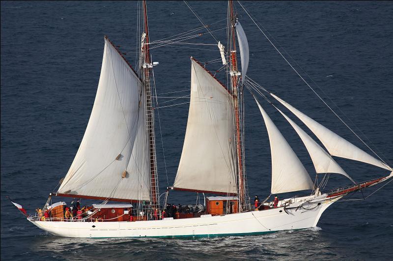 Ce bateau de la marine française évoque ce que recherche un marin lors de son arrivée dans un port après trois mois en mer.