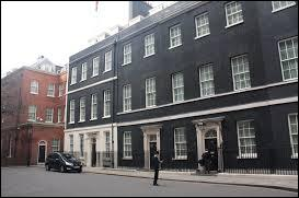 Where does the English Prime Minister live ?