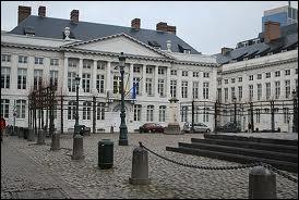Dans quelle ville se trouve le parlement flamand composé au maximum de 11 ministres dont au moins l'un d'entre eux doit provenir de la Région de Bruxelles-Capitale ?