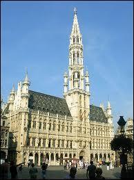 En 1449, il fut décidé de surélever le petit beffroi  écrasé  entre les deux ailes de l'Hôtel de Ville de la Grand-Place de Bruxelles. Une statue fut érigée en son sommet. Laquelle ?