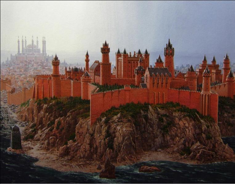 Comment s'appelle la puissante forteresse qui se dresse sur la colline d'Aegon à Port-Réal ?